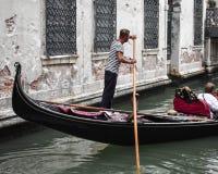 平底船的船夫和他的长平底船,一个典型的场面在威尼斯 库存照片
