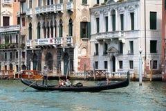 平底船的船夫在一艘长平底船的划船桨有乘客的 意大利威尼斯 免版税库存照片