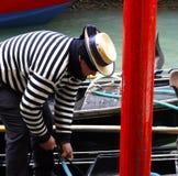 平底船的船夫在他的长平底船的威尼斯 免版税库存图片