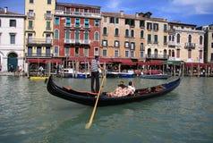 平底船的船夫在大运河乘坐长平底船在威尼斯 免版税库存图片