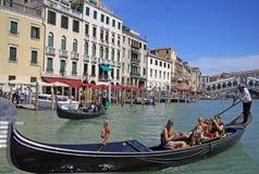 平底船的船夫在大运河乘坐长平底船在Rialto桥梁附近在威尼斯 库存照片