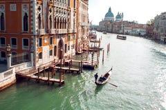平底船的船夫在大运河, Rialto桥梁在背景中漂浮 库存照片