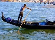 平底船的船夫在威尼斯在他的移动电话联系 库存照片