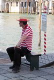 平底船的船夫在威尼斯等待顾客 免版税库存图片
