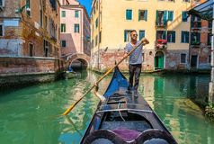 平底船的船夫在意大利 免版税库存照片