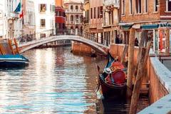 平底船的船夫在狭窄的渠道漂浮在威尼斯,意大利 图库摄影