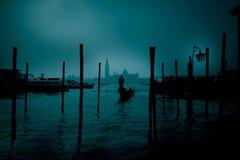平底船的船夫在神秘的夜 免版税图库摄影