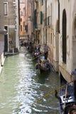 平底船的船夫意大利威尼斯工作 免版税库存照片