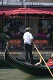 平底船的船夫意大利威尼斯 免版税库存图片