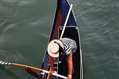 平底船的船夫细节  免版税库存照片