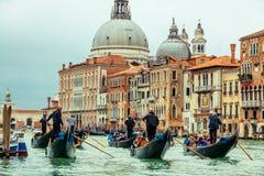平底船的船夫,大运河在威尼斯 免版税图库摄影