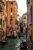 平底船的船夫,威尼斯,意大利 免版税库存图片