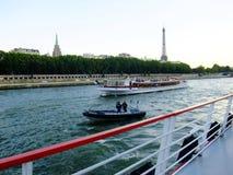 平底船Mouche,沿河塞纳河,巴黎,法国的巡航 免版税库存图片