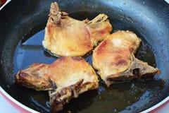 平底锅与骨头的油煎的猪排 免版税库存照片