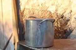 平底锅在不锈钢村庄  免版税图库摄影