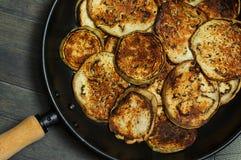 平底锅在黑金属平底锅的烤茄子切片 图库摄影
