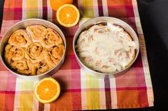 平底锅新被烘烤的被冰的小甜面包 免版税库存图片