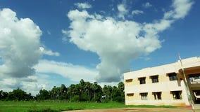 平底锅正确的高中外部在多拉布吉雕象,印度附近 影视素材