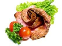 平底锅油煎的牛后腹肉排玫瑰华饰 库存图片