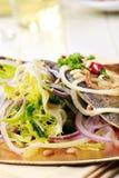 平底锅油煎的鳟鱼用蔬菜沙拉 库存图片