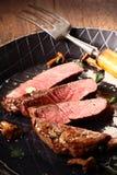 平底锅烤罕见的牛排 库存图片