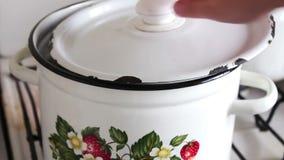平底锅用女性手防止汤的汤 股票视频