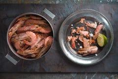 平底锅用虾和一块板材有壳的从虾 免版税图库摄影