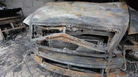 平底锅英尺长度烧光在车库的汽车 股票录像
