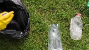 平底锅被射击志愿者拾起塑料瓶 股票录像