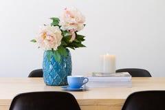 水平当代内部的餐桌 免版税库存图片
