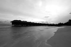 水平房在黑白照片的马尔代夫 免版税库存图片