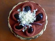 平的三倍巧克力蛋糕顶部用在wo的白色巧克力 免版税图库摄影