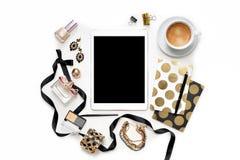 平的与片剂、咖啡,时髦的黑金笔记本、化妆用品和首饰的位置时尚女性家庭办公室工作区 免版税库存照片