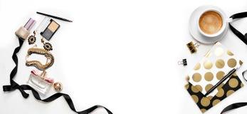 平的与片剂、咖啡,时髦的黑金笔记本、化妆用品和首饰的位置时尚女性横幅办公室工作区 免版税库存照片