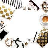 平的与电话、咖啡,时髦的黑金笔记本、化妆用品和首饰的位置时尚女性家庭办公室工作区 库存图片