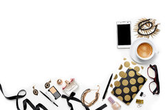 平的与电话、咖啡,时髦的黑金笔记本、化妆用品和首饰的位置时尚女性家庭办公室工作区 图库摄影