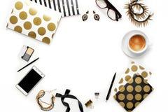 平的与电话、咖啡,时髦的黑金笔记本、化妆用品和首饰的位置时尚女性家庭办公室工作区 免版税图库摄影