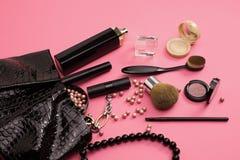 平的与眼影和刷子o的位置女性化妆用品拼贴画 图库摄影