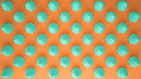 平的五颜六色的流行艺术构成用绿松石党杯形蛋糕,面包店好吃的东西,在橙色背景,仿造纹理拷贝空间 库存图片
