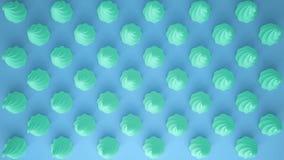 平的五颜六色的流行艺术构成用绿松石党杯形蛋糕,面包店好吃的东西,在蓝色背景,仿造纹理拷贝 图库摄影