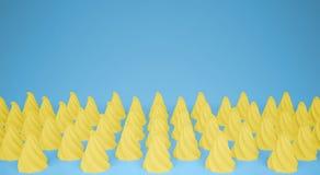 平的五颜六色的流行艺术构成用黄色党杯形蛋糕,面包店好吃的东西,在蓝色背景,仿造纹理拷贝 库存图片