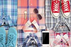平的位置不同的方格的衬衣witn电话和辅助部件 偶然妇女衣物集合 库存图片