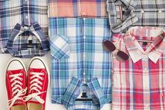 平的位置不同的方格的衬衣witn辅助部件 偶然人衣物集合 免版税库存照片