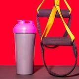平的位置体育鞋子、瓶水,哑铃和耳机在灰色具体背景 概念健康生活方式、体育和d 库存图片