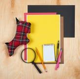 平的位置办公室工具和供应 在木背景的文具 工作区,工作场所平的设计  书桌backgroun顶视图  免版税库存照片