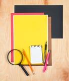 平的位置办公室工具和供应 在木背景的文具 工作区,工作场所平的设计  书桌backgroun顶视图  免版税库存图片