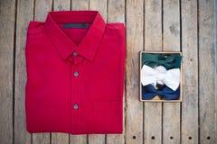 平的位置套男性衬衣和各种各样的颜色bowtie 库存图片
