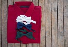 平的位置套男性衬衣和各种各样的颜色bowtie 免版税图库摄影