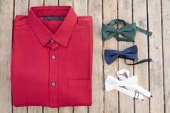 平的位置套男性衬衣和各种各样的颜色bowtie 免版税库存照片