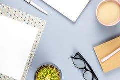 平的位置家庭办公室书桌 与计划者,镜片,茶杯子,日志,植物的女性工作区 复制空间 图库摄影